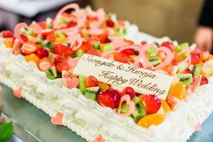フルーツいっぱいのウェディングケーキでご入刀!